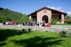 ospiti di fronte alla chiesa monastica